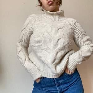 Jätte mjuk och fin stickad tröja från Gina Tricot. Offwhite i färgen