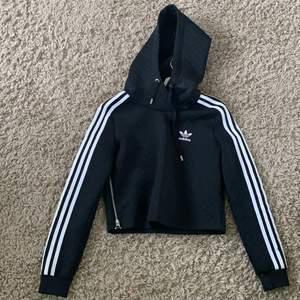 Svart Adidas hoddie med kedja på sidan (inget man använder. Stor Luva. 200kr + frakt (fint skick)