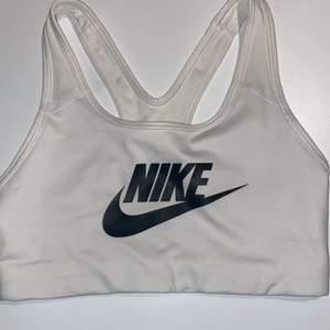 Säljer min vita Nike sport bh som jag har haft vällning länge men knappt använt😊 Säljer då den inte kommer till användning och har blivit för liten✨ Skulle säga att den är true to size och passar S bra💞 P.g.a den lilla användningen är den i nyskick och har därför inga fläckar eller hål 🥰 Tror inte denna exakta modellen finns kvar men liknande bh-ar kostar ca 300kr nypris Mitt pris är dock 115kr + frakt som köparen får stå för💞📦
