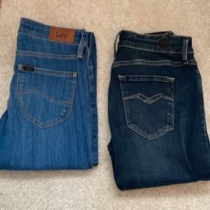 Lågmidjade jeans som är tajta hela vägen. Från märket Lee och REPLAY. Både är i storlek 24. Köptes runt 1000 lappen och säljs nu 500+frakt då dem är oanvända och endast testade. Båda kan köpas för 800+frakt. Ej prutning, har inte heller räknat ut frakten.