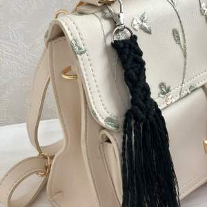 Handgjord Makramé nyckelring i färgen svart. Låset har en 360 graders rotering. Supersnygg att fästa i sina nycklar eller tex. på sin handväska. Den är oanvänd! Finns även med kortare fransar. 50 kr styck & frakt på 12 kr tillkommer!