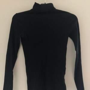 Säljer denna snygga svarta polotröja, för att den är för liten för mig..  passar som en xs-s vänligt o har stretchigt material 🖤🖤🖤