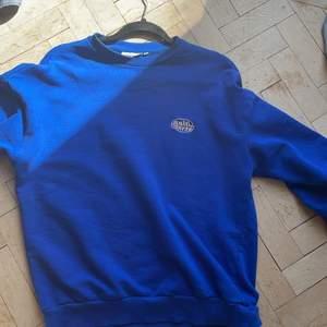 En mörkblå sweatshirt från Junkyard