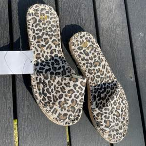 snygga leopard tofflor från hm, aldrig använda 💕 köparen står för frakten