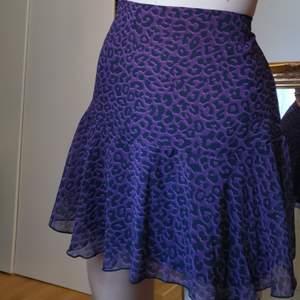 Kjol från trendyol prislapp kvar och allting. Min midja: 65 cm, höft: 90 cm, längd: 169 cm. Kjolen är aldrig använd.
