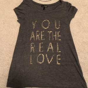 💛 T-shirt/topp från märket KappAhl, storlek (S) 36/38. Nyskick. Kan fraktas eller mötas upp 📮