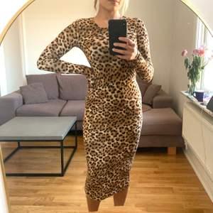 Fodralklänning i leopardmönster från Monki i storlek S. I ett behagligt stretchigt tyg. Oanvänd. Jag är en S/M och 168 cm. Köparen betalar frakten som tillkommer 💌