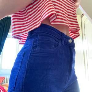 Ett par mörk blå manchester byxor från weekday💙 Köpta för 500kr💙 Jätte bra skick💙 Dem är raka i benen💙 Strechiga💙
