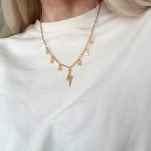 Halsband med flera berlocker 💫✨✨ kedja tillverkad i rostfritt stål. Se mer på insta: moon.jwlry 🌙