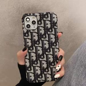 Har två iPhone 11 DIOR skal. Kopia ‼️ HELT NYA I PLAST. 250kr/styck. Obs har flera skal till salu, kolla gärna in.