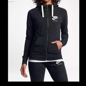 Mjukisset från Nike i fint skick, hoodien är i strl XS och byxan i strl S, säljer för 150/högsta bud + frakt!