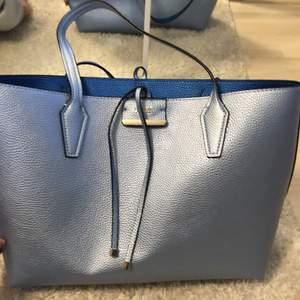Säljer denna guess väska för att den är inte min stil. Den är vänd bar så att man kan ha båda sidorna ut. Priset kan diskuteras