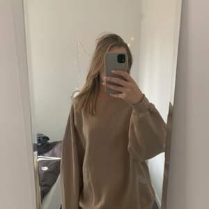 Beige sweatshirt från Nelly i storlek Xs, som man ser på sista bilden är den smått blekt vid kragen