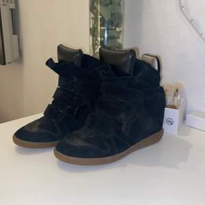 Hej, säljer nu mina isabel marant skor som jag inte använder längre. Jättefint skick, nästan som nya. Passar storlek 37/38. Nypris ca 4500kr men säljer för 1500kr💞🌸  Kan gå ner i pris vid snabb affär!