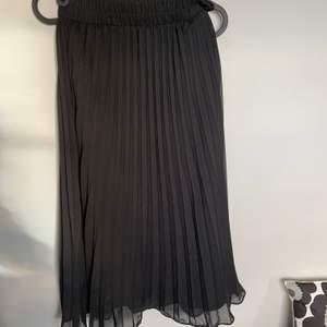 Fin svart plisserad kjol från weekday i bra skick