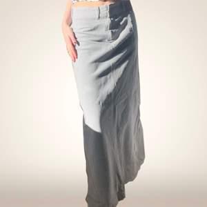 så fin kjol i manchesterliknande material! lite y2k vibbar! står ej storlek, men jag är normalt en S och den sitter som på bilderna! skriv för fler frågor❤️