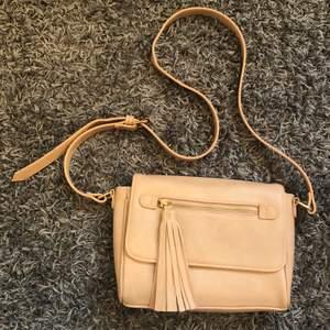 Smutsrosa handväska köpt på Zalando med gulddetaljer. Knappt använd så i mycket bra skick. Frakten ingår inte i priset. 🥰