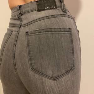 Hej 👋🏼 säljer super sköna grå jeans, material streckar sig ganska bra och sitter bra vid midjan. Tighta hela vägen till anklar. Om Du vill se mer bilder på saker eller snacka om priset det är bara skriva. Är öppet för allt ✨ Lägsta bud: 60