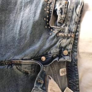 Snygga jeans från h&m, storlek 25, hålen är gjorda själv samt slitningar nedtill, inga defekter. Möts upp i Örebro och fraktar, köpare står för frakt💜