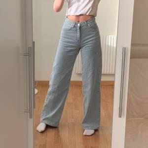 Jättetrendiga blåa vida jeans som säljs då de inte kommer till användning. I mycket bra skick och går ner till marken på mig som är 173cm. Köptes för 500kr säljs för 250+frakt💙