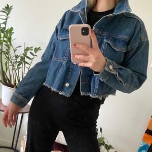 Cool jeansjacka från Gina Tricot i lite oversized modell i storlek M. Aldrig använd, 150 kr inklusive frakt.