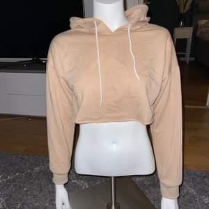 Hoodie i kortare modell i tunt material passar S-M