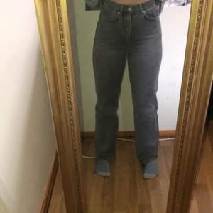 Säljer mina jeans från weekday i modellen Row. Kommer inte till användning längre. Är ca 160 cm