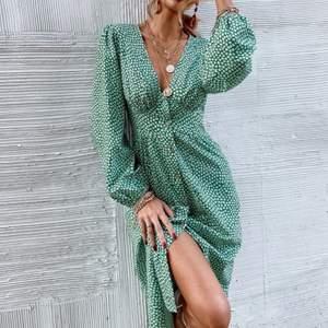 SÅLD klänning från SHEIN, storlek S å aldrig använd. Nypris 220kr. Nu 150❣️ bra kvalite