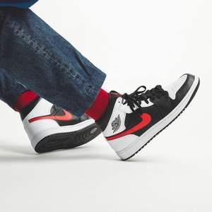 Helt nya & oanvända Jordan 1 Mid Red Chile i storlek 42,5 & 44.  Kvitto finns! Skickas dubbelboxat & med spårbar frakt som köparen står för.  Kika in @LocalJords på instagram för fler limiterade Jordans!
