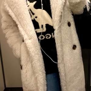 Säljer nu min favorit jacka då jag ska flytta till varmare bredd grader. Storlek s men passar även  M 4 knappar och två fickor.