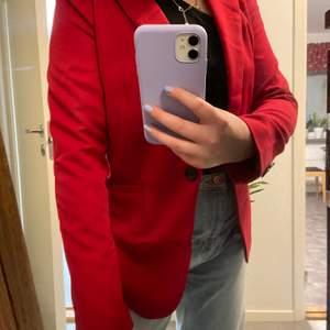 Jättesnygg röd blazer från Forever21! Blazern har endast använts en gång och är i mycket gott skick. Kan mötas upp i Mjölby, Linköping annars står köparen för frakten.💜⚡️