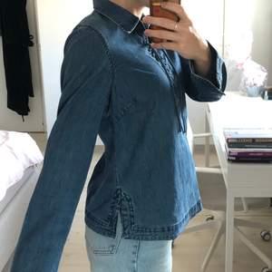 En rätt annorlunda jeansskjorta som jag tror kan bli väldigt cool om man t.ex croppar den (exempel på bild 2)! Stl 42 men tycker inte den är så stor (jag har vanligtvis stl S/36), mer som en oversized stil :D