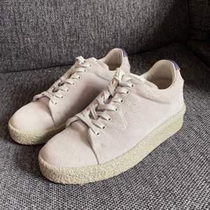Super snygga och klassiska eytys sneakers. Använt fåtal gånger men är fortfarande i fint skick.