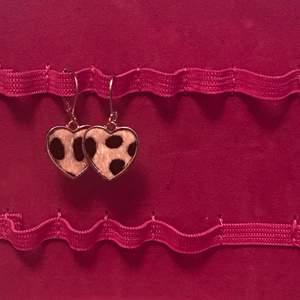 Säljer ett par örhängen som inte var kommit till användning💓 frakt ligger på 45kr💓