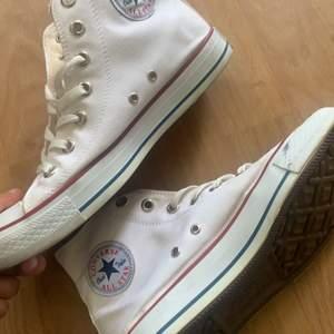 Säljer ett par helt nya converse i färgen vit använda 2 gånger för ja ej tyckte om skorna❤️❤️ köpta på zalando