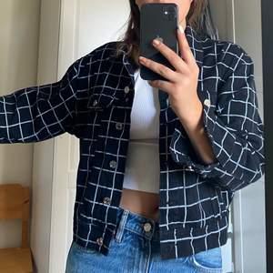 Svart jeansjacka med rutnät 🤩fett cool men använder ej
