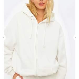 Jättefin oversized hoodie ifrån Chiqulle .Jättebekväm och snygg men kommer tyvärr inte tills användning .Hoodien är i storlek XS men passar även S,M,L pga hoodien är oversized. Nypris 399kr, jag säljer för 250kr.Buda!