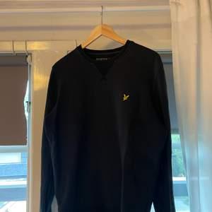 Herr sweatshirt i storlek M ifrån Lyle & scott i fin blå färg. Funkar för både tjejer och killar💖