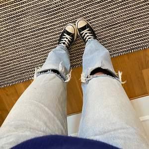 Säljer mina älskade håliga jeans då jag nyss fick ett par från bikbok. St 36. Använda ett par gånger. Nypris 499kr❤️🔥Det är jag på bilderna!