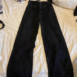 säljer mina svarta Wide Leg Jeans för jag har växt ur dom, använda flertal gånger men fortfarande i bra skick