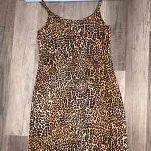 En leopardfärgad klänning i mycket bra skick. På mig som vanligtvis bär XS/S så slutade klänningen ovanför knäna.  Banden är inte justerbara men var inget problem för mig då den satt bra ändå. Klänningen formar sig fint och bekvämt efter kroppen och är super mjuk i materialet. Den är använd ett fåtal gånger, säljer pga att den inte längre kommer till användning. (Priset kan diskuteras)