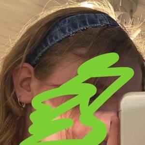fint denim hårband jag gjort själv. den är i bra skick och håller länge. skriv om ni har några frågor