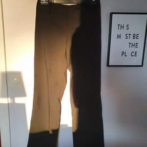Svarta kavajbyxor i storlek 34. Svagt utsvängda ben och helt oanvända