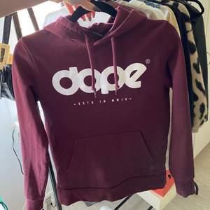 Vinröd dope hoodie i fint skick använd fåtal gånger. Säljer för att de inte är riktigt min stil längre. Lite tajtare passform. Köparen står för frakten