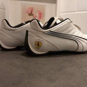 Ett par med Ferrari skor från sent 90 tal. Nästan aldrig använda passar modernt mode och har även en retro tutch till sig. Extremt finna och bra skor skönt memorie sula. Står Ferrari på skosnören. Pris kan diskuteras