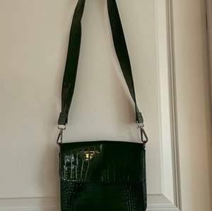 säljer denna hvisk väskan, köpt för 750 kronor och är den gröna modellen.