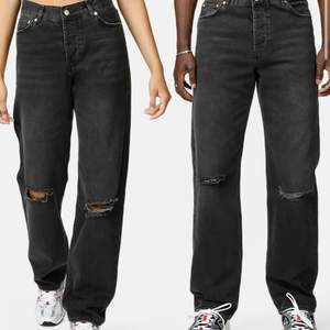 Coola streetwear jeans från Junkyard, använda max 3 gånger. Passar i längden på någon runt 170, själv är jag 179 och de är alldeles för korta i min smak. De är unisex men jag har köpt de på tjejavdelningen i butik stl 28. Slutsålda på hemsidan. Frakt: 66kr🖤
