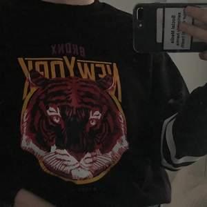 Säljer denna sweatshirt från Gina, endast använd en gång. Modellen har rivmärken/scratches på några ställen som syns tydligare på andra bilden. Hör av er om ni vill se fler bilder så fixar jag det!💕