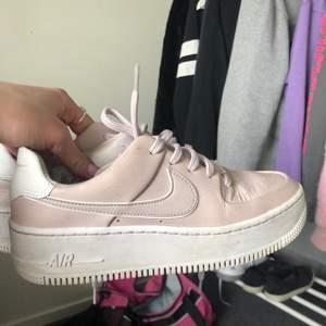 Lägger ut dessa skor igen pga oseriösa köpare. Dem är i bra skick då jag inte använt dem speciellt mycket! Säljer för dem är lite för små och inte kommer till användning längre! Lite smutsiga på vita sulan men går nog att få bort! Utgår från 250 så buda i kommentarerna! Om flera är intresserade skapar jag budgivning🤍🤍🤍🤍💞💞💞💞frakt ingår inte i priset!