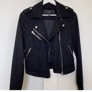 Säljer denna jacka då den ej kommer till användning perfekt nu till våren 💓